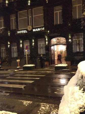 ‪‪Manos Premier Hotel‬:                   First snow in front of the Manos Premier Hotel