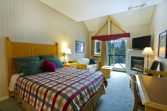 Pinnacle Hotel Whistler: Deluxe Studio with one Queen bed and Sofa bed