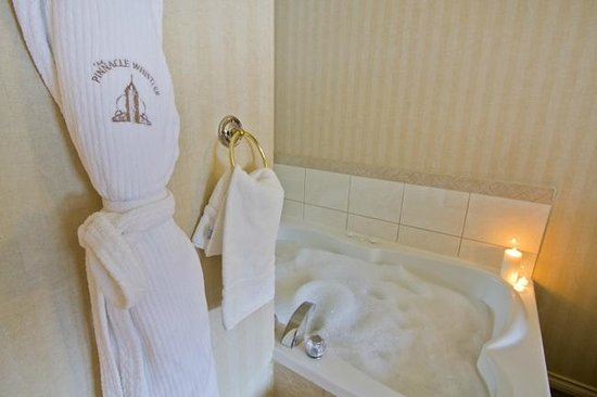 Pinnacle Hotel Whistler: Deluxe Studio in room jacuzzi