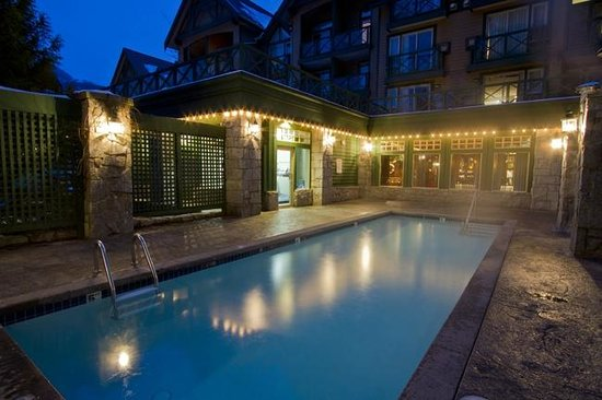 Pinnacle Hotel Whistler: Outdoor heated pool & hot tub