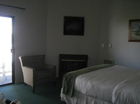 Cannery Row Inn: king room with fire place
