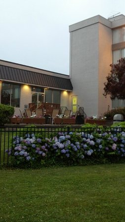 Clarion Hotel & Conference Center at Exton: Wyndham Garden Exton  back wing entrance