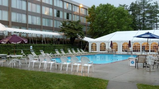 Clarion Hotel: Wyndham Garden Exton pool with party tent