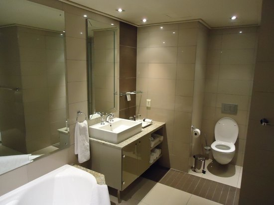 Cape Royale Luxury Hotel:                   Clean, spacious master bath