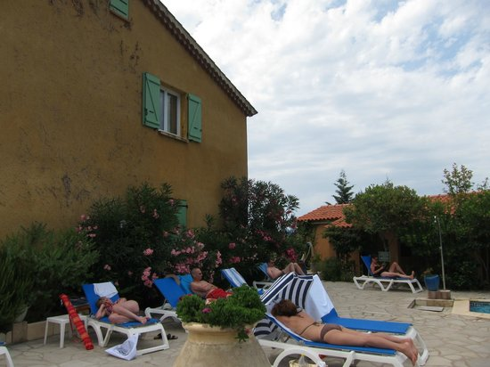 Rossi Hotel :                   Aire de repos près de la piscine