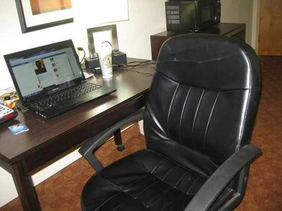 Comfort Suites Salem: desk