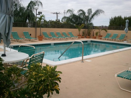 Days Inn Fort Lauderdale Airport South: Pool on rooftop