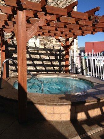 Clarion Inn Dollywood Area :                   The outdoor hot tub