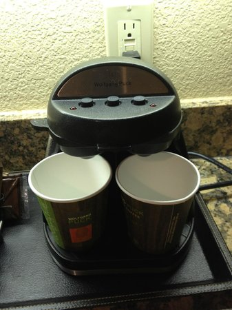Aksarben Suites Omaha: Wolfgang Puck Coffee Maker