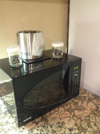 Aksarben Suites a Trademark Collection Hotel: Microwave