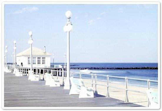 Atlantic View Inn: The Avon by the sea boardwalk