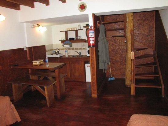 Arwen Mesheken Apart Hotel:                   cozinha/sala no piso inferior
