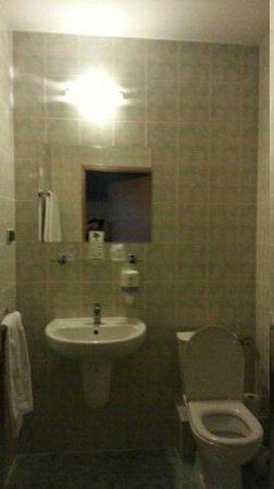 Gromada Airport: bathroom