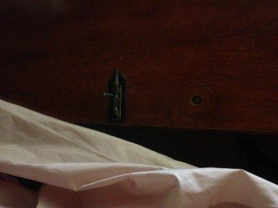 Carlos Quinto Inn:                   Bathroom door (no handle)