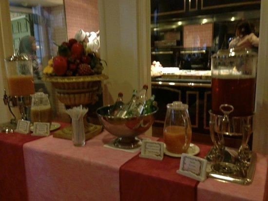 فندق ديزني لاند:                   Breakfast                 