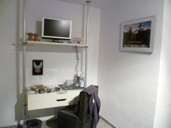 Art Hotel Korschen:                   Kleiner TV und Sitzgelegenheit