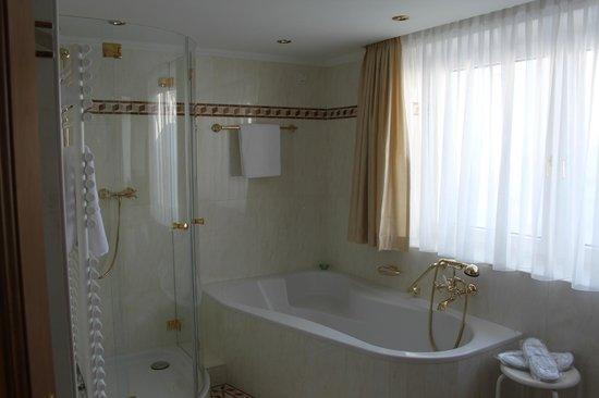Zurserhof Hotel:                                                       Spacious and luxurious bathroom