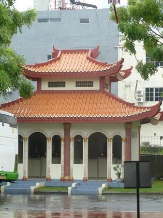 Batam Center, Indonesia:                   Small pagoda inside the temple