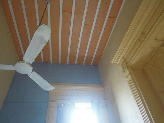 Hostal Zocalo:                   Detail of high ceiling, fan and molding in private room #9
