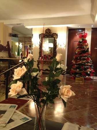 Grand Hotel Hermitage: reception area decorated for Christmas