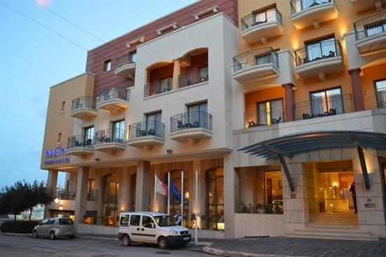 Maritim Antonine Hotel & Spa: evening outside