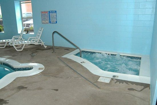 Quality Inn: Pool and Hot Tub