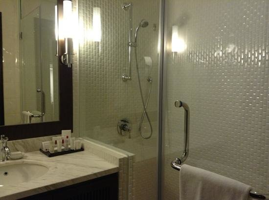 Rendezvous Hotel Singapore by Far East Hospitality:                   bath room w/no bathtub