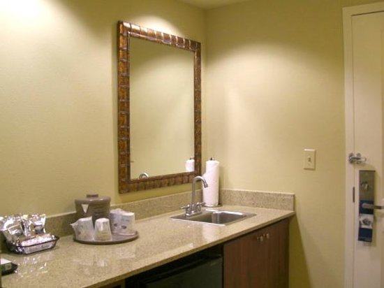 Hampton Inn & Suites Fort Myers-Estero/FGCU: Little kitchen area inside our suite