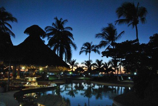 Bahia del Sol Beach Front Hotel & Suites:                   Vista dos jardins e piscina a beira mar