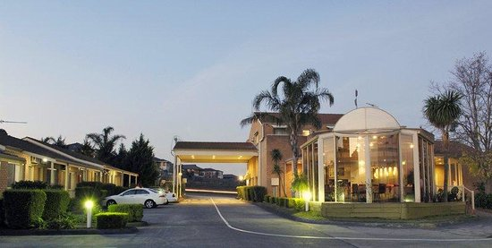BEST WESTERN Airport Motel & Convention Centre: Hotel Exterior
