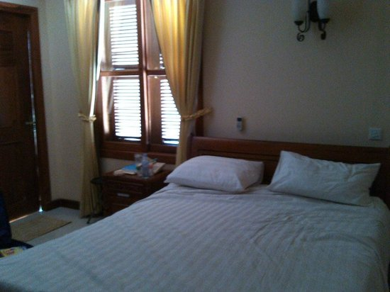 Neth Socheata Hotel:                   Room with queen sized bed