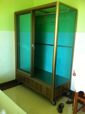 Phka Champey Guesthouse: wardrobe ? or cake display unit