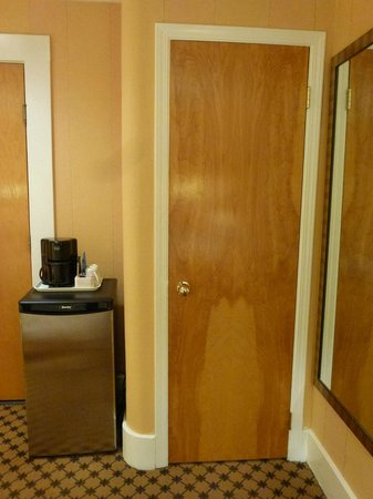 Days Inn Vancouver Downtown: The closet and the small fridge