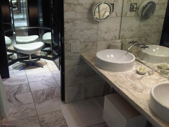The Palms Casino Hotel: Bathroom