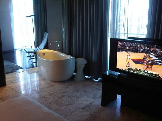 Palms Casino Resort: big bath tub in the living room by the window, great view of the strip while soaking in the tub