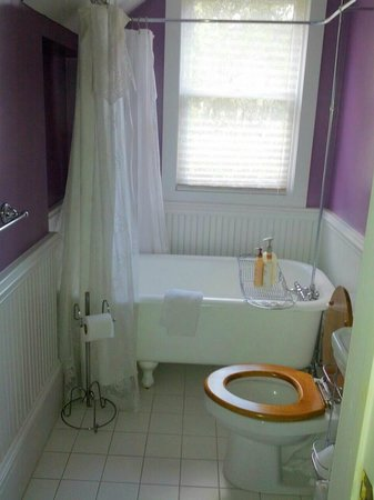 The Laurel Oak Inn:                   Bathroom in The Lilac Room