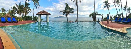 Mana Island Resort :                   infitity pool