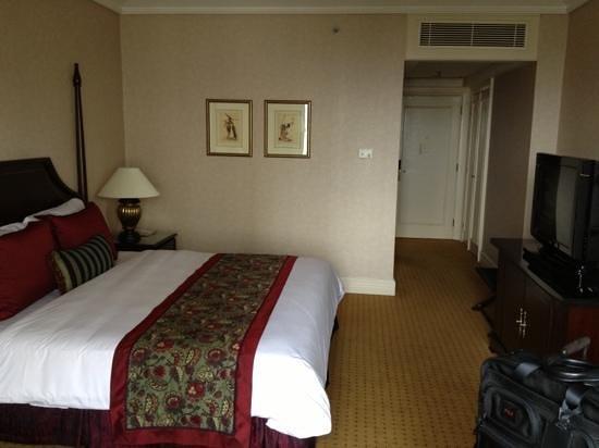 Crowne Plaza Hotel Jakarta: Door an Bed