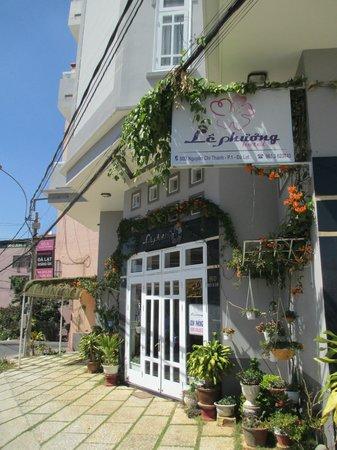 Le Phuong Hotel:                   Front Entrance