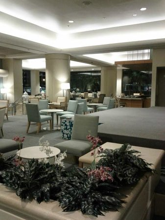 Ala Moana Hotel by Mantra: Emty lobby, for the most part.
