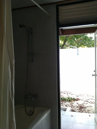 Paradise Island Resort & Spa: Shower area