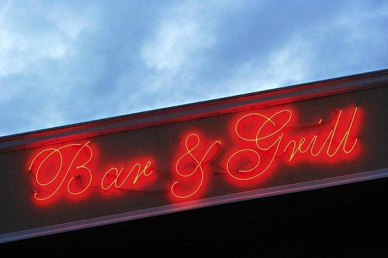 ออลซีซั่นส์ออลบานี่โฮเต็ล: Bar and Grill