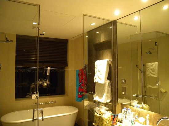 InterContinental Dubai Festival City: Bathroom in main bedroom in president suite.