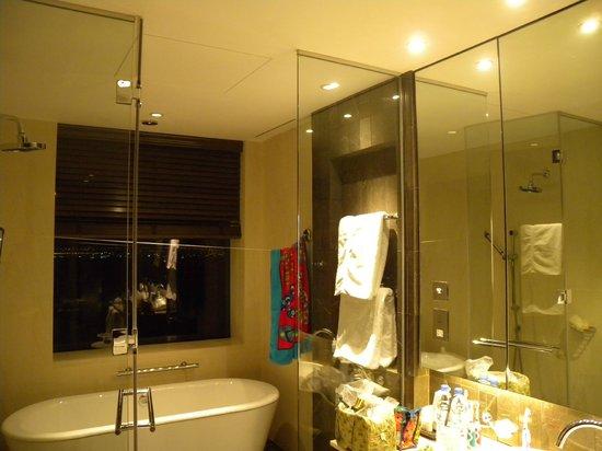 إنتركونتيننتال دبي فستيفال سيتي: Bathroom in main bedroom in president suite.