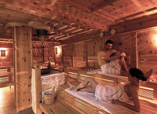 Sport- & Wellnesshotel Held: Sauna - große Zirbensauna