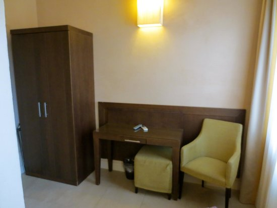 Hotel Perseo:                   desk area