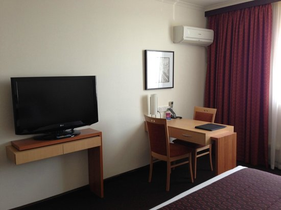 Mercure Albury: TV and desk area