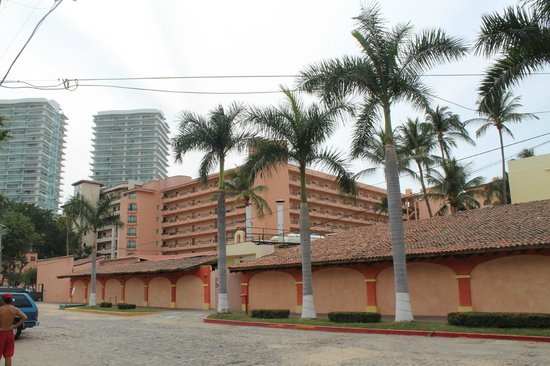Crown Paradise Golden Resort Puerto Vallarta:                   street view of resort