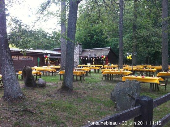 La Croix d'Augas : La terrasse extérieur sous les arbres à l'avant