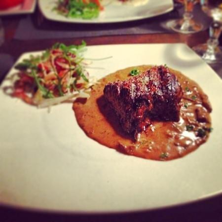 le lodge:                   steak with mushroom sauce
